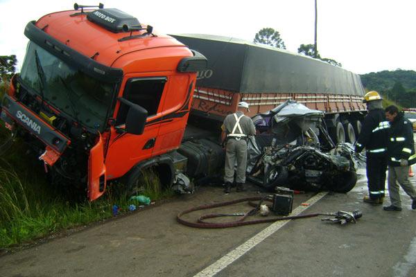 Carro parou embaixo de um caminhão na Rota do Sol (Foto: Comando Rodoviário da Brigada Militar, divulgação)