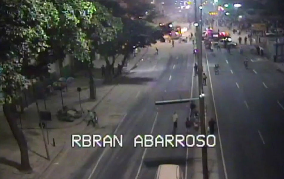 Imagem mostra mobilização da polícia e dos bombeiros após desabamento de prédio no Centro do Rio de Janeiro