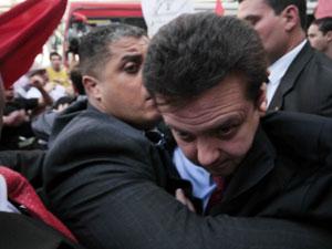 Kassab deixa Catedral da Sé em meio ao tumulto (Foto: Vanessa Carvalho/News Free/Folhapress)
