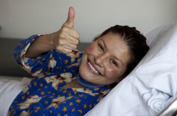 Erika Hernandez faz sinal de positivo em hospital onde se recupera após transplante de coração, no México (Foto: Eduardo Verdugo / AP)