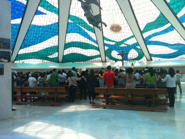 Missa é celebrada em homenagem a Duvanier Paiva na Catedral de Brasília (Foto: Maiara Dornelles/G1)