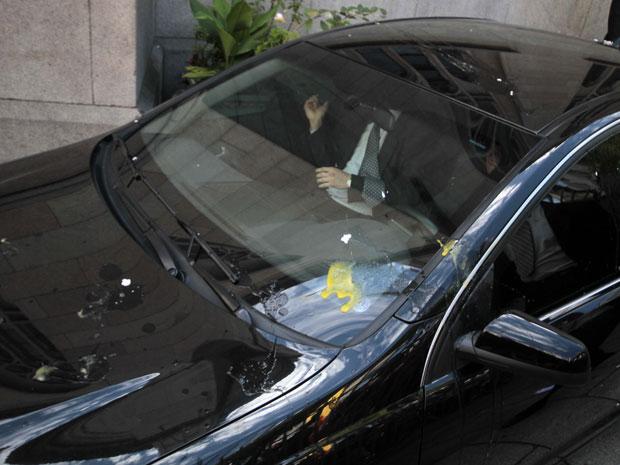 Carro oficial atingido por ovos no Centro de SP (Foto: Vanessa Carvalho/News Free/Folhapress)