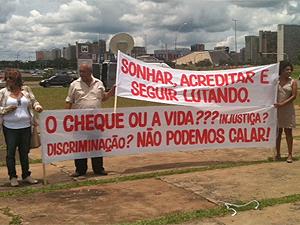 Amigos realizam protesto silencioso em homenagem a Duvanier Paiva após missa na Catedral de Brasília (Foto: Maiara Dornelles/G1)