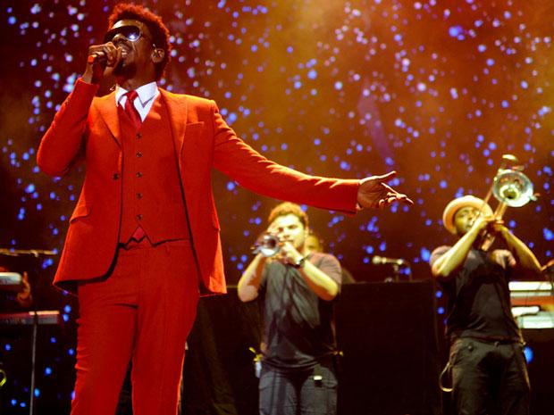 De terno vermelho, Seu Jorge cantou durante pouco mais de uma hora (Foto: Flavio Moraes/G1)