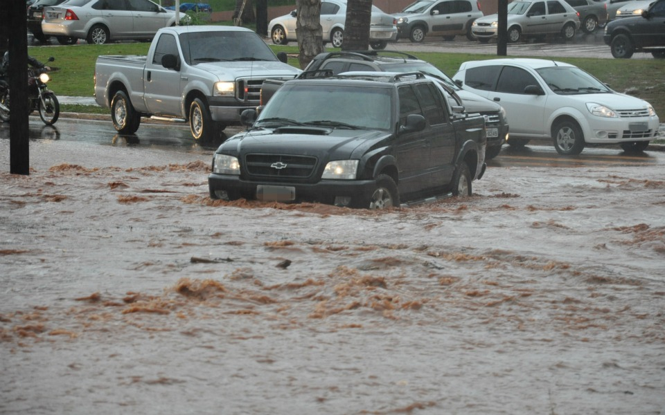 Chuva provocou alagamentos e deixou trânsito confuso no Centro de Campo Grande.