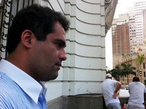 Advogado foi resgatado do terraço pelos bombeiros (Foto: Tássia Thum/G1)