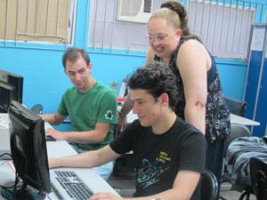 Claudete com os alunos do curso de análise de sistema (Foto: Vanessa Fajardo/ G1)