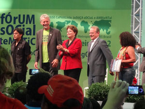 Dilma no Fórum Social Temático, em Porto Alegre, ao lado do prefeito de Porto Alegre, José Fortunatti (PDT), e do governador Tarso Genro (PT) (Foto: Tatiana Lopes / G1 RS)