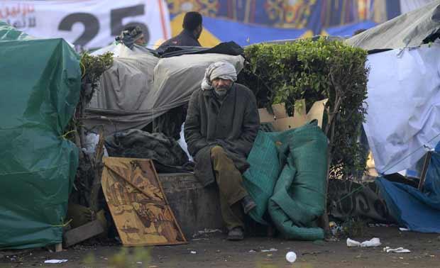 Manifestantes acampados nesta quinta-feira (26) na Praça Tahrir, no Cairo (Foto: AP)