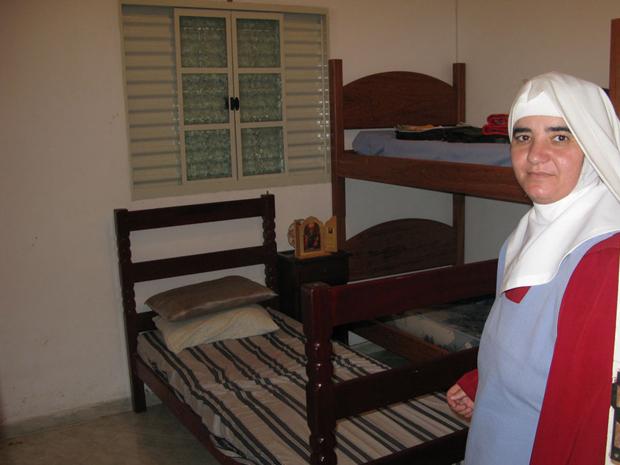 Freira mostra quarto onde reféns foram mantidos (Foto: Renato Jakitas/ G1)