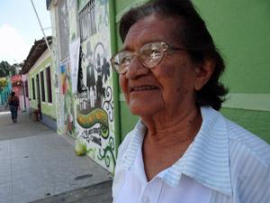 Maria Expedita diz que gigantes parecem reais, não bonecos. (Foto: Katherine Coutinho / G1)