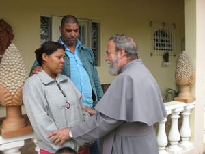 Padre Antônio Maria consola freira que também foi feita refém durante assalto (Foto: Renato Jakitas/ G1)