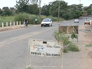 Ponte é interditada por risco de desmoronamento em Goiânia (Foto: Reprodução/TV Anhanguera)