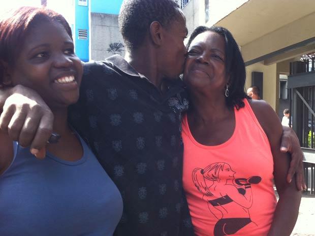 Santos abraça mãe e irmã na saída do hospital (Foto: Bernardo Tabak/G1)