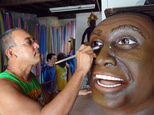 Silvio trabalha há dois meses no boneco de Luiz Gonzaga. (Foto: Katherine Coutinho / G1)