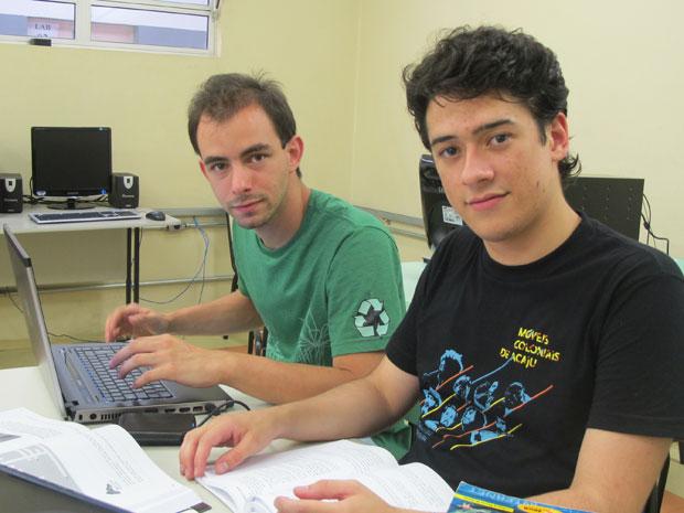 Vitor e Piero entraram no campus São Paulo do IFSP pelo vestibular. Vitor se formou no ano passado, Piero vai cursar o 5º semestre de análise de sistemas (Foto: Vanessa Fajardo/ G1)