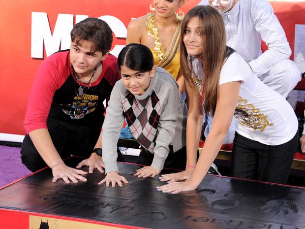 Prince, Blanket e Paris Jackson, filhos do cantor Michael Jackson, deixam a marca de suas mãos na Calcada da Fama em Hollywood (Foto: Kevin Winter/AFP)