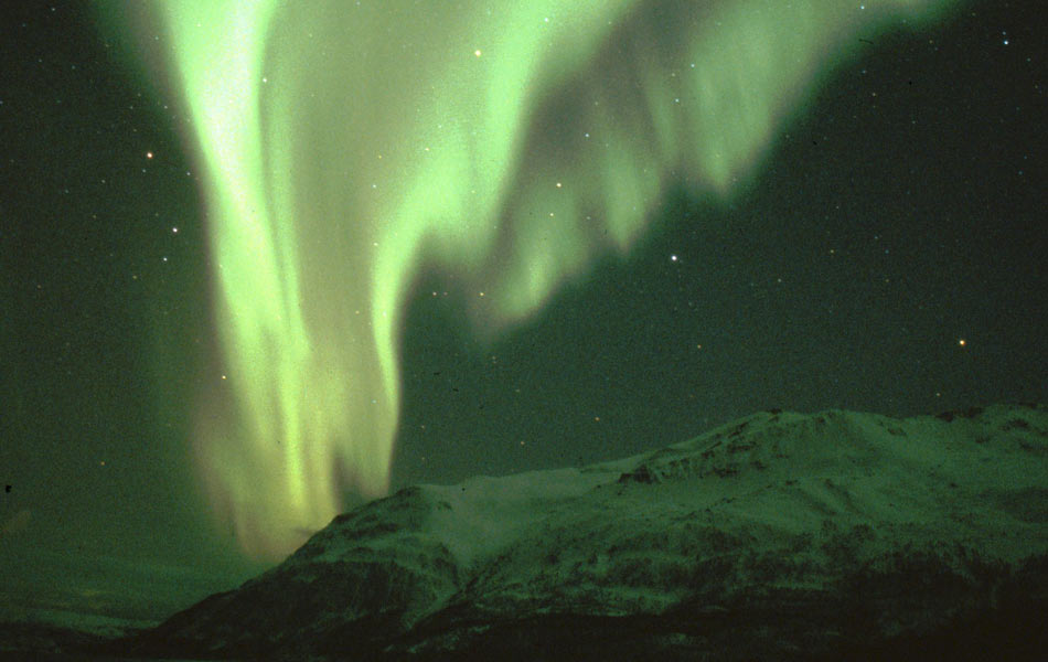 Aurora boreal vista na cidade de Svalbard, na Noruega