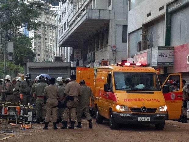 Carro da Defesa Civil é posicionado para retirada do 7º corpo em área de desabamento no Rio (Foto: Thamine Leta/G1)
