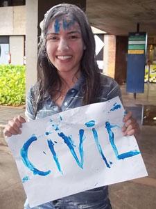 Daniele Firme Miranda, de 17 anos, comemora a aprovação em engenharia civil (Foto: Raquel Morais/G1)