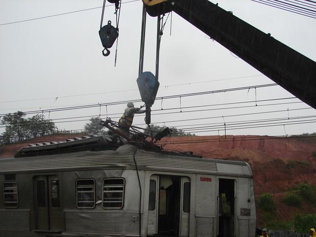 Funcionários trabalhavam na liberação da linha da CPTM na manhã desta sexta (Foto: Letícia Macedo/G1)