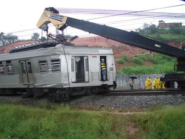 Batida entre trens aconteceu na noite de quinta-feira e deixou pelo menos sete feridos (Foto: Letícia Macedo/G1)