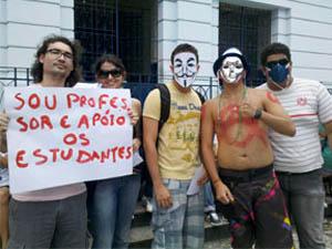 Estudantes se concentra em frente ao Ginásio Pernambucano. (Foto: Luna Markman/G1)