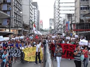 Passeata reuniu cerca de 400 pessoas. (Foto: Luna Markman/G1 PE)