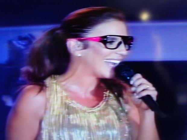 Ivete Sangalo usa óculos de EdCity, pagodeiro baiano, durante o show no Festival de Verão (Foto: Glauco Araújo/G1)