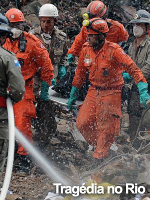 GALERIA DE FOTOS: bombeiros carregam corpo de vítima (AFP)