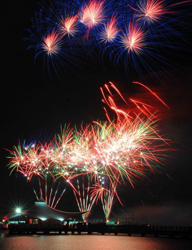 Cores dos fogos de artifício iluminaram o céu de Jacarta (Foto: AFP)