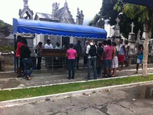 Mais uma vítima de desabamento de prédios é enterrada no Rio (Foto: Alba Valéria Mendença / G1)