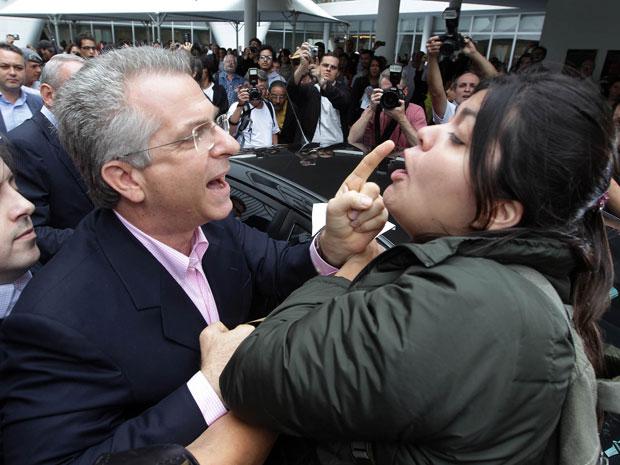 Andrea Matarazzo discute com manifestante em São Paulo (Foto: Paulo Liebert/Agência Estado)