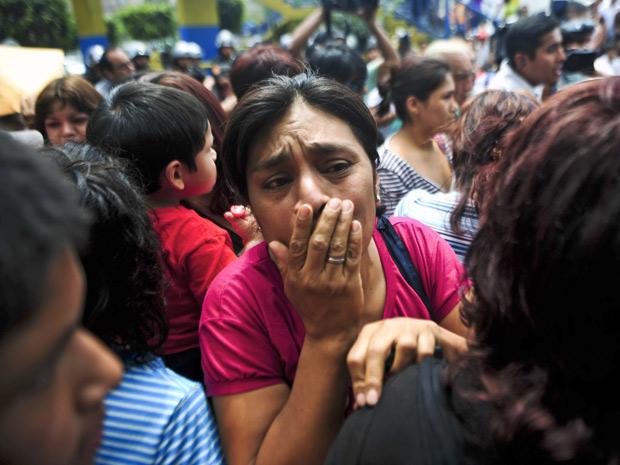 Familiares de internos na porta da clínica de reabilitação (Foto: Ernesto Benavides/ AFP)