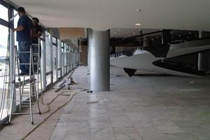 Obras no novo sistema de som no Salão Nobre, no Palácio do Planalto. Na semana passada, técnicos instalavam as caixas acústicas e passavam os cabos pelo forro do salão. (Foto: Priscilla Mendes / G1)