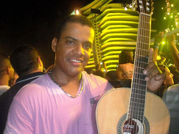 Gerente foi o sortudo que ficou com o violão jogado por Luan Santana (Foto: Lilian Marques/G1)
