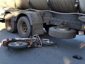 Condutor tombou motocicleta no asfalto e parou sob rodas de caminhão (Foto: Sandro de Almeida/Jornal da Nova)