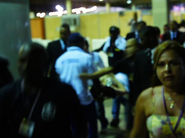 Dançarina Raíssa passou mal logo após o show do Aviões do Forró na última noite de Festival de Verão (Foto: Glauco Araújo/G1)