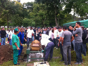 Enterro Gustavo da Costa Cunha (Foto: Alba Valéria Mendonça/G1)