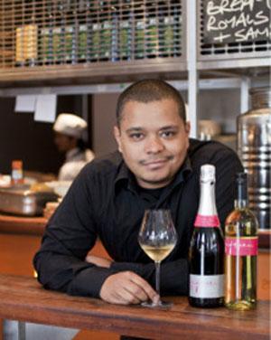 Fernando Matumato trabalha em restaurante de Jamie Oliver e vê conterrâneos todos os dias (Foto: BBC)