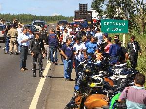 Ação da polícia rodoviária combate a prática de 'racha' na BR-060 (Foto: Sebastião Nogueira/Jornal O Popular)