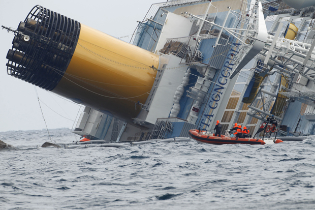 Equipes de resgate precisaram parar de trabalhar neste domingo por conta do mau tempo na região da ilha de Giglio onde se encontra encalhado o cruzeiro Costa Concordia. (Foto: Pier Paolo Cito / AP Photo)
