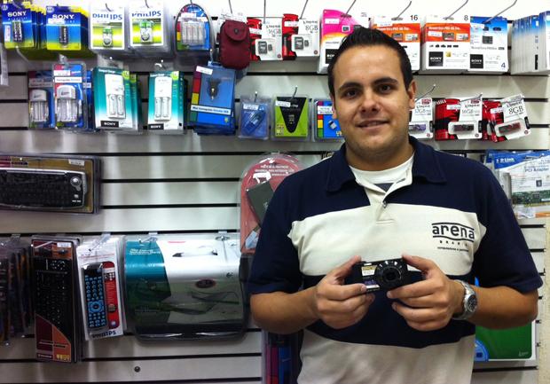 Leandro Franço, gerente da Arena, loja que vende eletrônicos no Shopping Santa Cruz, em São Paulo (Foto: Amanda Demetrio/G1)