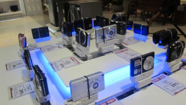 Câmeras dispostas em estante para serem vendidas em loja de São Paulo (Foto: Amanda Demetrio/G1)