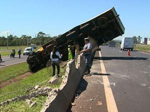 Caminhão tombou na Rodovia Anhanguera, na região de Ribeirão Preto (Foto: Reprodução/ EPTV)