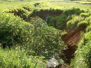 Buraco onde jovem caiu com o carro (Foto: Reprodução / Exclusivo TV Tem)