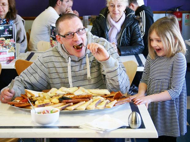 Homem enfrenta desafio do café da manhã gigante, que é condenado pelos médicos (Foto: Caters News)