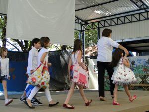 Alunos fizeram desfile para mostrar a produção de sacolas com produtos reutilizáveis  (Foto: Divulgação)
