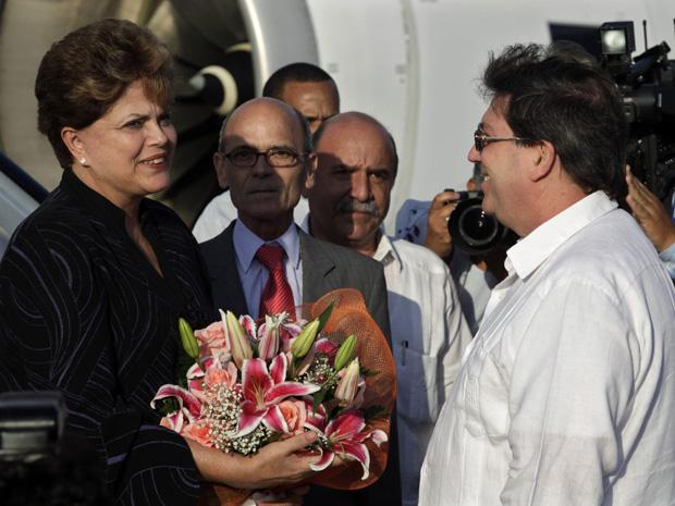 A presidente Dilma Rousseff, ao desembarcar no aeroporto de Havana, recebida pelo chanceler Bruno Rodríguez (Foto: Enrique de la Osa/Reuters)