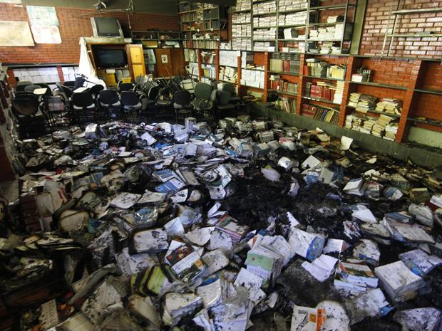 Livros ficam queimados em escola de Minas (Foto: Alex de Jesus/O Tempo/AE)